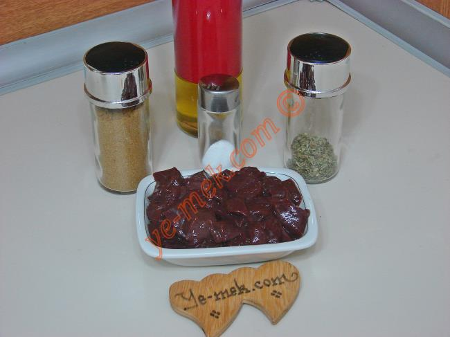 Ciğer Marinesi İçin Gerekli Malzemeler :  <ul> <li>500 gr kuşbaşı doğranmış ciğer</li>         <li>6 yemek kaşığı zeytinyağı</li>         <li>1/2 su bardağı süt (İsteğe göre)</li> <li>Kırmızı pul biber</li> <li>Kekik</li>         <li>Kimyon</li>         <li>Tuz</li> </ul>
