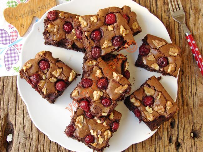 Islak Kek Değil, Bol Çikolatalı Gerçek Tarif : Vişneli Çikolatalı Brownie