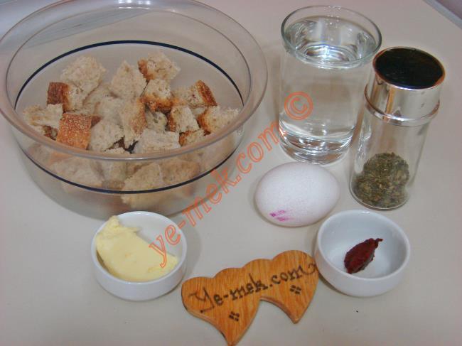 Yumurtalı Papara İçin Gerekli Malzemeler :  <ul> <li>4 adet bayat ekmek dilimi</li> <li>1 su bardağı sıcak su</li> <li>1 yemek kaşığı tereyağı</li> <li>1 çay kaşığı domates salçası</li>         <li>1 adet yumurta</li>         <li>Kekik</li>         <li>Tuz</li> </ul>