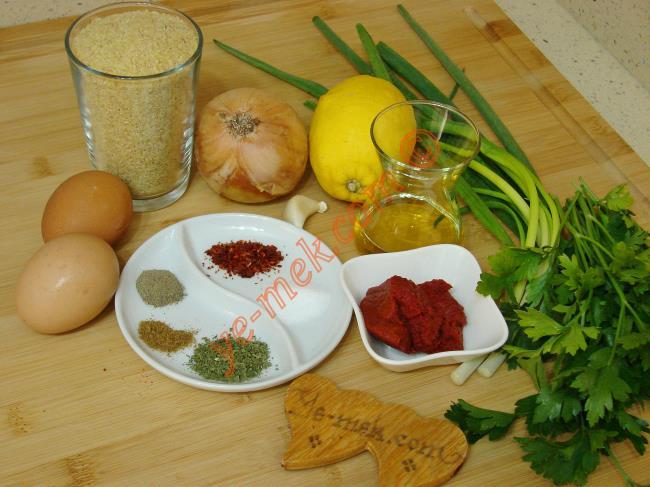 Yumurtalı Kısır İçin Gerekli Malzemeler :  <ul> <li>1 su bardağı kısırlık bulgur (İnce bulgur)</li>         <li>1 çay kaşığı karabiber</li> <li>1/2 çay kaşığı kimyon</li> <li>1 çay kaşığı kuru nane</li>         <li>1 çay kaşığı kırmızı pulbiber</li>         <li>1 çay kaşığı tuz</li> <li>1 adet limon suyu</li>         <li><strong>Yumurta Karışımı İçin:</strong></li>         <li>2 adet yumurta</li>         <li>2 yemek kaşığı sıvı yağ</li>         <li>1 çay kaşığı tuz</li>         <li><strong>Sos İçin:</strong></li> <li>1 adet orta boy soğan</li>         <li>1 diş sarımsak</li>         <li>4 yemek kaşığı zeytinyağı</li>   <li>1 tatlı kaşığı domates salçası</li> <li>1 tatlı kaşığı biber salçası</li> <li>1/2 demet maydanoz</li>         <li>2 tutam taze nane</li>         <li>3 sap taze soğan</li> </ul>