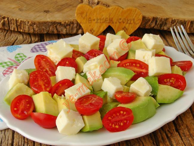 Besleyici, Doyurucu ve Çok Lezzetli : Peynirli Avokado Salatası