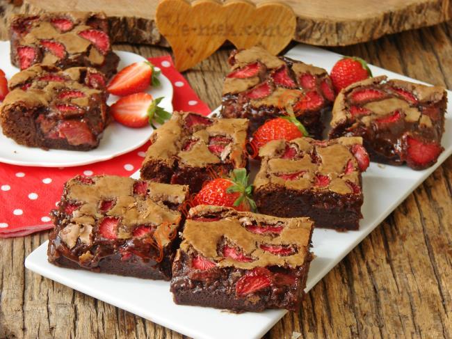 Tam Kıvamında, Bol Çikolatalı, Enfes Bir Tatlı : Çilekli Brownie